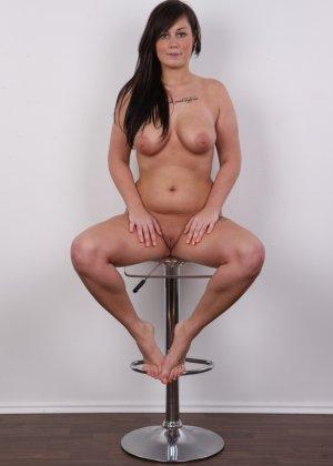 Жопастая красотка с большими сиськами показала соблазнительное тело - фото 16