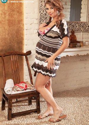 Пышногрудой беременной телке делает массаж пацан в майке и сует между сисек - фото 2