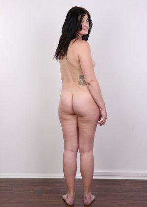 Женщина с не очень большой жопой вывалила свои стремные дойки - фото 16