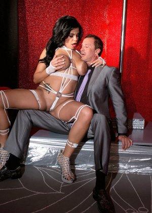 Роскошная стриптизерша соблазняет мужчину и он готов сделать для нее всё, что она захочет - фото 7