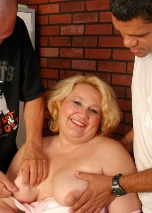 Зрелая бабка приглашает соседских парней, чтобы они трахнули ее щелку за деньги - фото 2