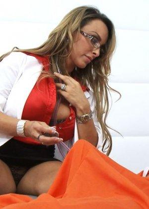 Сиськастая медсестра в тюрьме трахнулась с лысым зеком по заказу - фото 3
