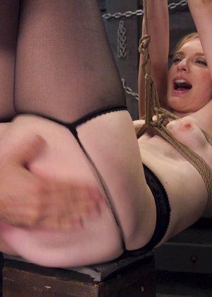 Жесткий извращенный трах во все дырочки очаровательной блондинки - фото 5