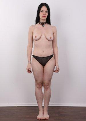 Эротическая фото сессия обнаженной брюнетки с некрасивыми сиськами - фото 6
