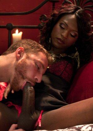 Черная женщина у которой ниггерский член выебала в жопу белого парня - фото 5