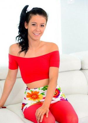 Красивая брюнетка в красных штанах очень удивилась, когда начальник предложил ей пососать его член - фото 2