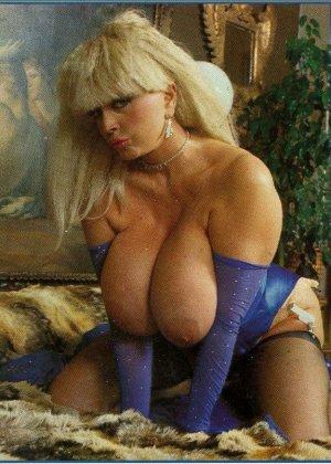 Ретро снимки понравятся тем, кто любит большие буфера и захочет рассмотреть опытную дамочку - фото 1