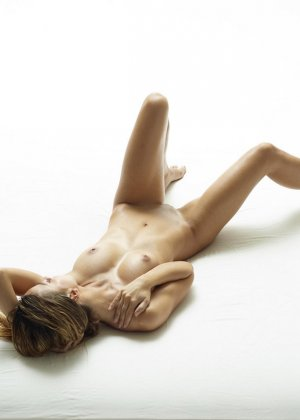 Эротические фото красивой худенькой девушки с маленькой грудью - фото 2