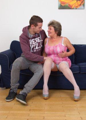 Пожилая женщина оказывается в обществе молодого парня и дает себя трогать во всех местах - фото 10