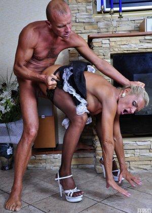 Зрелая блондинка целуется с симпатичным парнем, после чего садиться на его мощную кожаную биту - фото 10