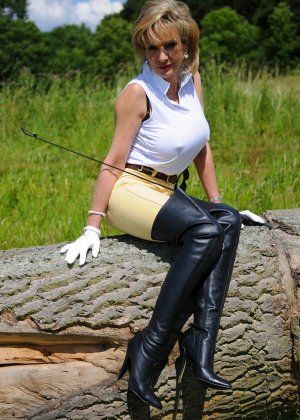 Леди Соня показывает свою задницу в облегающих брюках и поражает объемом груди - фото 6