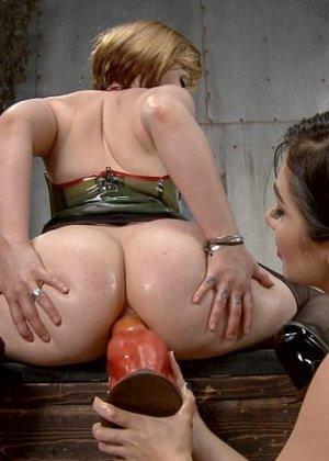 Лесбиянки практикуют анальный фистинг с очень толстыми дилдо, от таких размеров оргазм будет заливающим - фото 15
