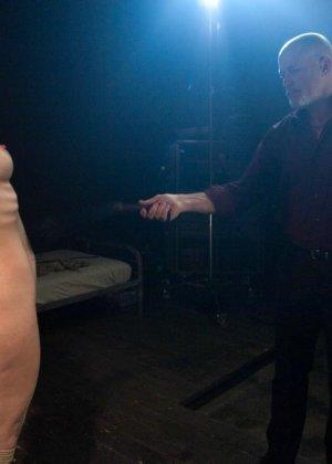 БДСМ от привлекательной брюнетки, ее свяжут и между ног вставят мощный вибратор - фото 5