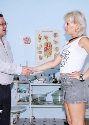 Опытный мужчина-гинеколог не только производит осмотр пациентке, но и доставляет ей удовольствие - фото 1