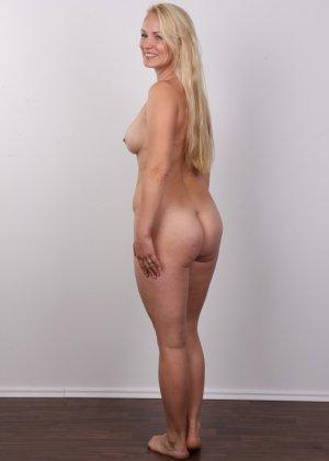 Блондинка с большой попкой и тату на спине оголила свое тело на камеру - фото 11