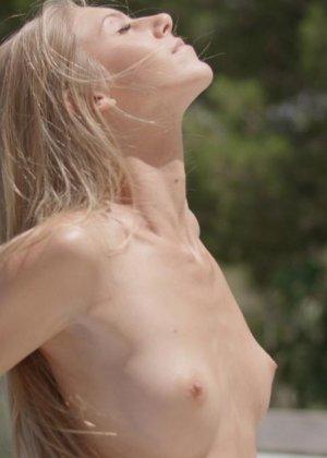 Российская миниатюрная блондинка мастурбирует сладенькую промежность - фото 2