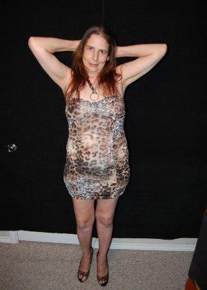 Зрелая телка с висящими сиськами стоит раком на кровати - фото 9- фото 9- фото 9