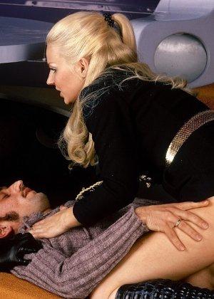 Две девушки в необычной обстановке соблазняют одного мужчину и набрасываются на него с ласками - фото 12