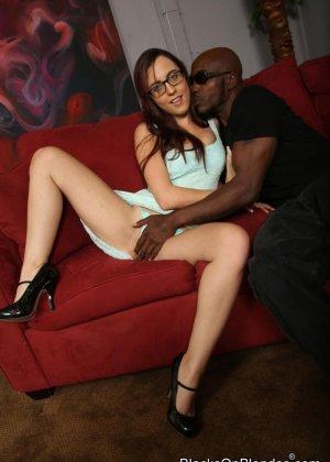 Роксана приходит на собеседование, но вопросов ей не задают, начальник негр заваливает ее на диван и ебет в анал - фото 1