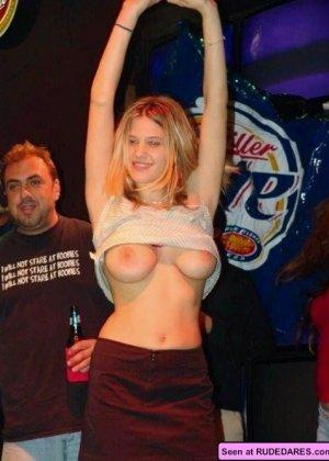 Девки демонстративно показывают свои сиськи - здесь есть на что посмотреть, девки хотят большой член - фото 15