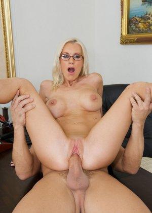Телка вызывает своего подчиненного в кабинет, она не носит трусов, чтобы ее киску могли обработать без лишней суеты - фото 11