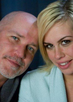 Скованной блондинке лысый мужчина запихнул большой член во влажное влагалище - фото 15