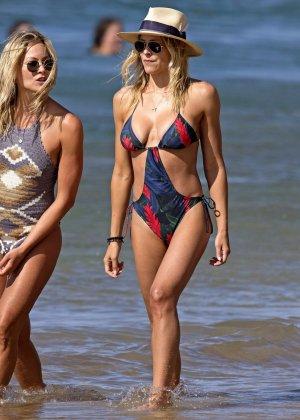 Британи Даниэль и Синтия Даниэль прогуливаются по берегу моря в купальниках, показывая свои фигурки - фото 13
