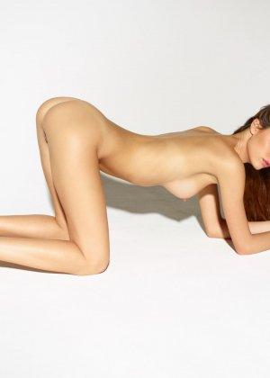 Девушка обладает идеальной фигурой, поэтому она показывает себя без всякого стеснения и стыда - фото 2