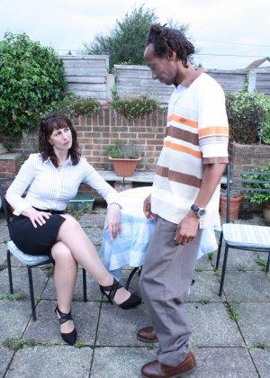 Зрелая темпераментная женщина соблазняет темнокожего мужчину и позволяет себя трогать - фото 1