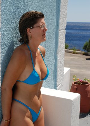 Отдых на море в эротических фото зрелой дамы на крутой фотик - фото 3