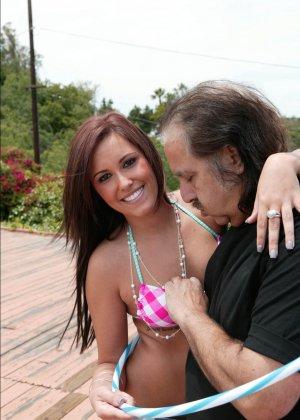 Сексуальная красотка позволяет себя трахать мужчине в возрасте - он получает большое удовольствие - фото 8