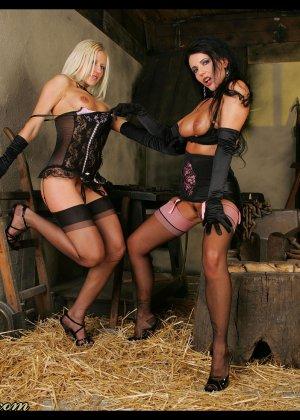 В старом заброшенном сарае две горячих лесбиянки лижут друг другу пизду - фото 13