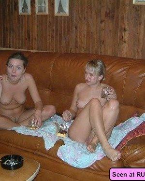 Девушки – нудистки оголяются везде, даже в барах, на стадионах, лестницах и даже в офисе - фото 7