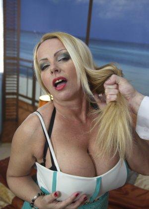 Блондинка с огромными сиськами оказалась профессиональной шлюшкой, которая отлично сосет и трахается во все щели - фото 1