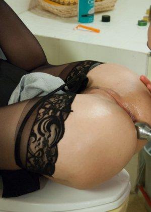 Сексуальные девушки в черных чулочках обожают анальные игры - фото 5