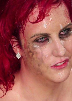 Развратная женщина с необычной внешностью показывает свою смелость в сексуальном плане - фото 28
