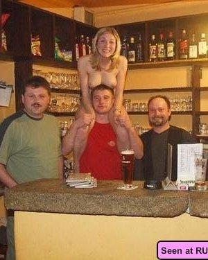 Пьяные голые девки позволяют мужикам лапать себя и сидят у них на коленях - фото 2