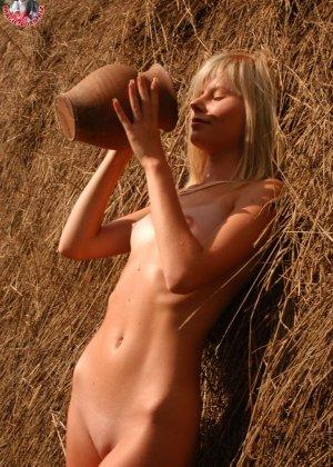 Худенькая блондинка оказывается на сеновале и поливает свое обнаженное тело молоком из кувшина - фото 10
