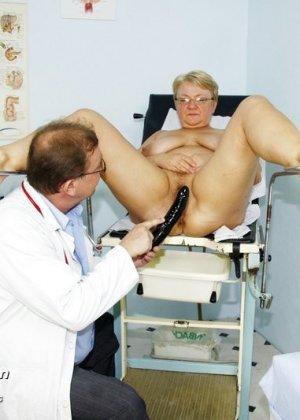 Женщина в возрасте приходит показаться врачу, а он устраивает ей хороший осмотр с пристрастием - фото 14