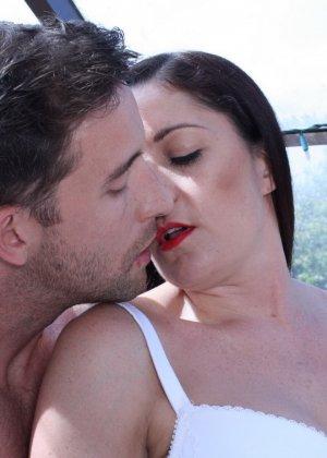 Женщина в возрасте обладает достаточным опытом, чтобы соблазнить возбужденного мужчину - фото 12
