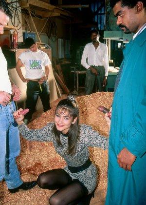 Аннабель ублажает четверых мужчин, позволяя им трахать себя во все щелки – ей это в удовольствие - фото 4