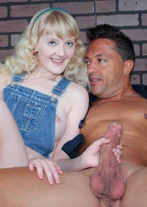 Кристал – молоденькая блондинка, которая соблазняет опытного мужчину и делает ручками ему приятно - фото 5