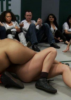Девушки устраивают сексуальный поединок - они сражаются друг с другом в обнаженном виде - фото 13
