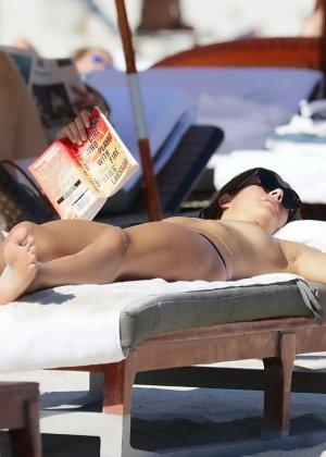 Люси Арагон показывает свое тело на пляже, а под лучами палящего солнца она решает оказаться без лифа - фото 13