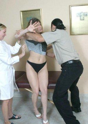 Полицейскому срочно потребовался мазок из пизды подозреваемой, а симпатичная медсестра помогла ему в этом - фото 5