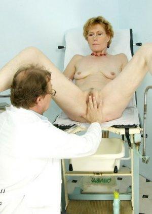 Зрелая Мила в очках расставляет ноги перед развратным доктором и разрешает ему рассмотреть себя всю - фото 12