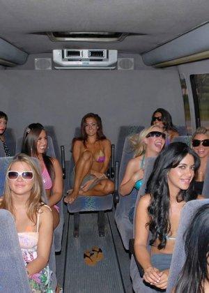 Сексуальные девушки готовы на все, чтобы победить в конкурсе бикини - фото 3