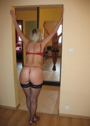 Блондинка одела на себя сетку и ходит по дому хвастаясь своей попкой - фото 1