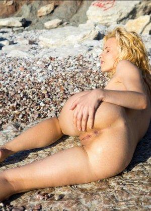 Девушка расслабляется на пляже - ее обнаженное тело может свести с ума кого угодно - фото 10