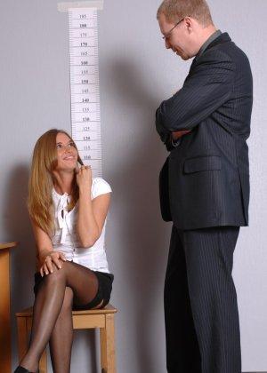 Девушка приходит в офис, а там развратный мужчина разрешает себя осмотреть со всех сторон - фото 2